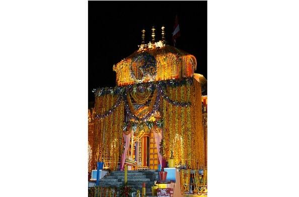 बदरीनाथ धाम में CM योगी और CM त्रिवेंद्र ने की पूजा