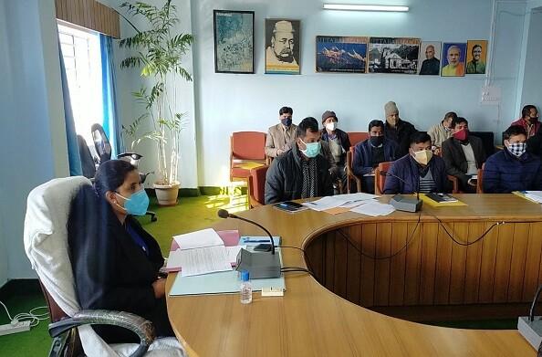 टिहरी: जिलाधिकारी इवा आशीष श्रीवास्तव ने कलक्ट्रेट सभागार में की जिला योजना की समीक्षा बैठक