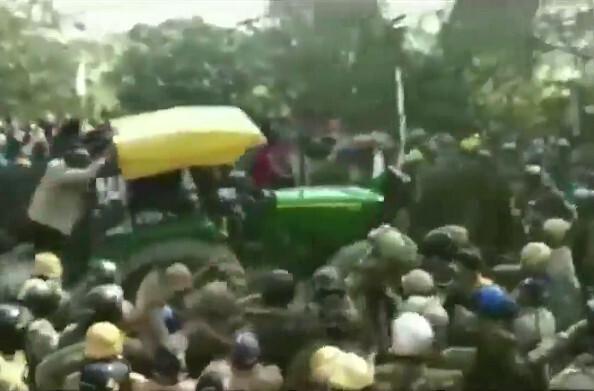 कृषि कानूनों के विरोध में दिल्ली कूच कर रहे उत्तराखंड के किसान ट्रेक्टर से पुलिस बेरिकेड तोड़कर यूपी की सीमा में घुसे