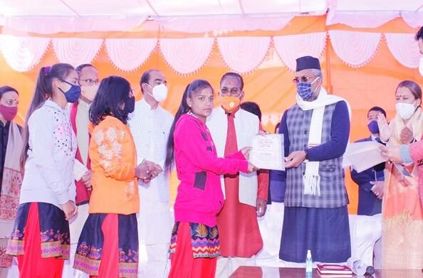 अल्मोड़ा: एैंपण कला से जुड़ी बेटियों का मुख्यमंत्री त्रिवेंद्र सिंह रावत ने किया सम्मान