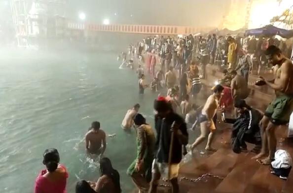 हरिद्वार: 4 बजे कड़ाके की ठंड के बीच लोगों ने मकर संक्रांति पर किया गंगा स्नान