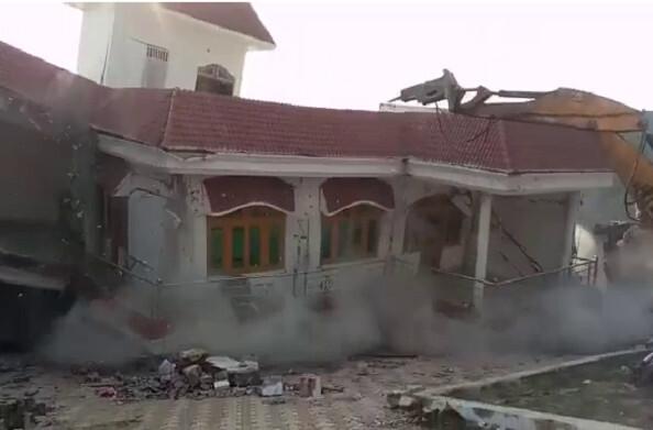 कौशांबी: प्रयागराज माफिया आतिक अहमद के शार्प शूटर का दो मंजिला आलीशान मकान जमींदोज