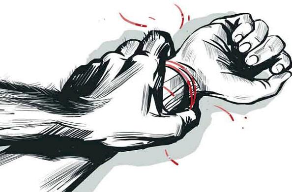कौशांबी में हैवान पति ने पत्नी के प्राइवेट पार्ट में डाली लोहे की रॉड, बेहोश पत्नी को मरा समझकर गांव से दूर फेंका