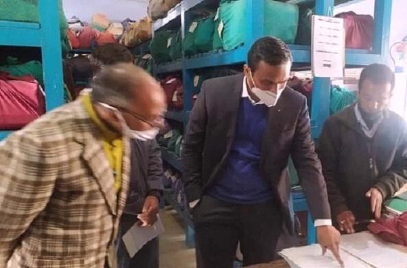 पौड़ी: जिलाधिकारी विजय कुमार जोगदंडे ने जिला कार्यालय परिसर में स्थापित कार्यालयों का किया औचक निरीक्षण
