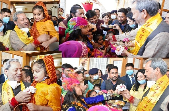 मुख्यमंत्री तीरथ सिंह रावत ने भागीरथीपुरम स्थित अपने आवास पर बच्चों के साथ मनाया फूलदेई पर्व