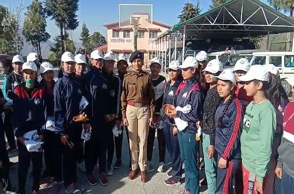 टिहरीः आत्मरक्षा प्रशिक्षण शिविर का समापन, एसएसपी ने छात्राओं को बांटी टीशर्ट