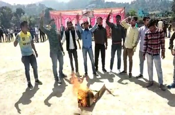 बागेश्वरः खोल आयोजन बना राजनीति का अखाड़ा, छात्रों ने किया खेल मैदान में प्रदर्शन