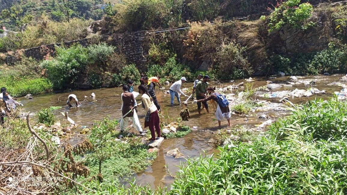 राजकीय महाविदयालय थत्युड की अग्लाड नदी में हुआ स्वच्छता अभियान