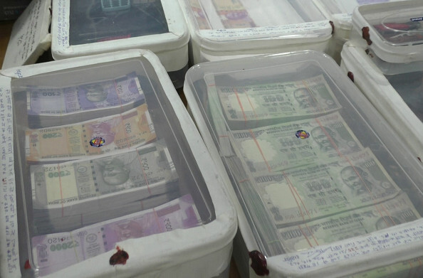 हापुड़: नकली नोट बनाने वाले तस्कर गिरफ्तार, 7 लाख 70 हजार के 500, 2000, 200 और 100 रुपये के नोट बरामद