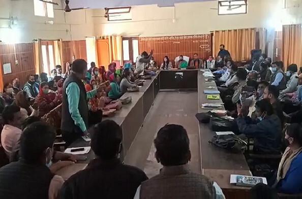 थराली: BDC की बैठक से नदारद दिखे अधिकारी और विभागाध्यक्ष तो प्रधान संगठन सहित क्षेत्र पंचायत सदस्यों ने किया वॉक आउट