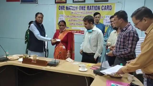 बागेश्वर में जिला पूर्ति विभाग ने राशन विक्रेताओं को बांटे स्मार्ट राशन कार्ड
