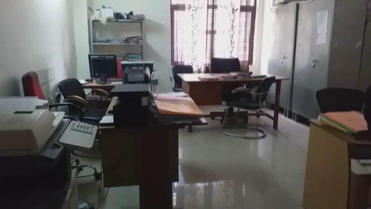 रूद्रप्रयाग विकास भवन में कुर्सियां खाली ,अधिकारी कर्मचारी नौ दो ग्यारह