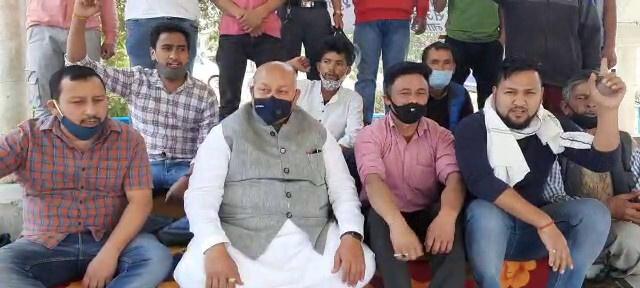 पिथौरागढ़ में धरने पर बैठे ग्रामीणों को विधायक हरीश धामी का मिला समर्थन