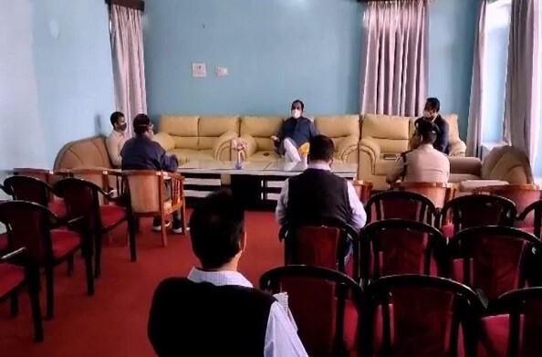 हरक सिंह रावत ने पौड़ी पहुंचकर जिलाधिकारी और संबंधित अधिकारियों के साथ कोरोना के हालातों पर समीक्षा बैठक की