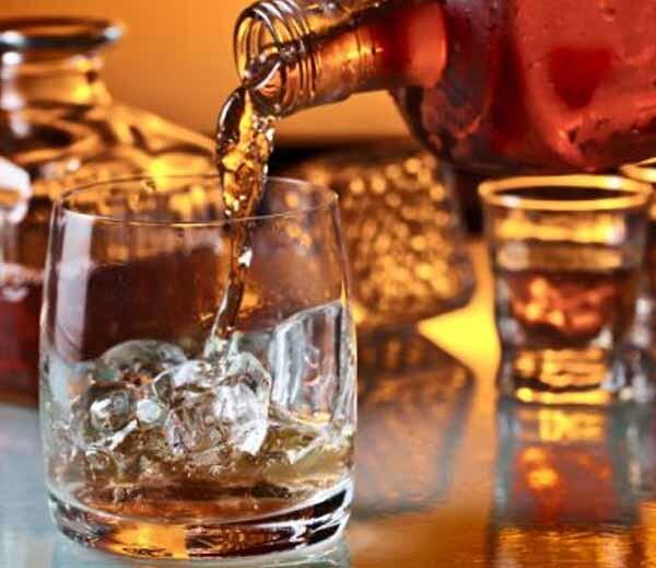 मथुरा वृंदावन में स्कूटी में रखकर बेची जा रही शराब अवैध रूप से शराब ,वीडियो हो रहा वायरल