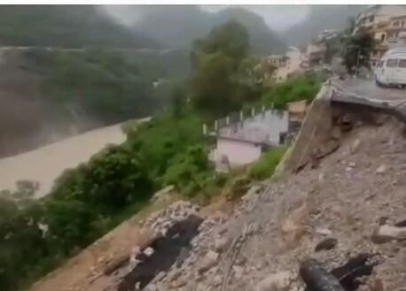 ऋषिकेश-बद्रीनाथ राजमार्ग आवागमन के लिएबना खतरनाक, जगह-जगह गिर रहा बोल्डर व मलवा