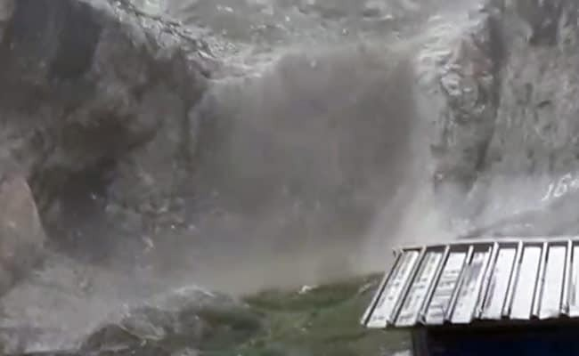 अमरनाथ गुफा के पास बादल फटने की सूचना, बीएसएफ और सीआरपीएफ के कैंप को नुकसान