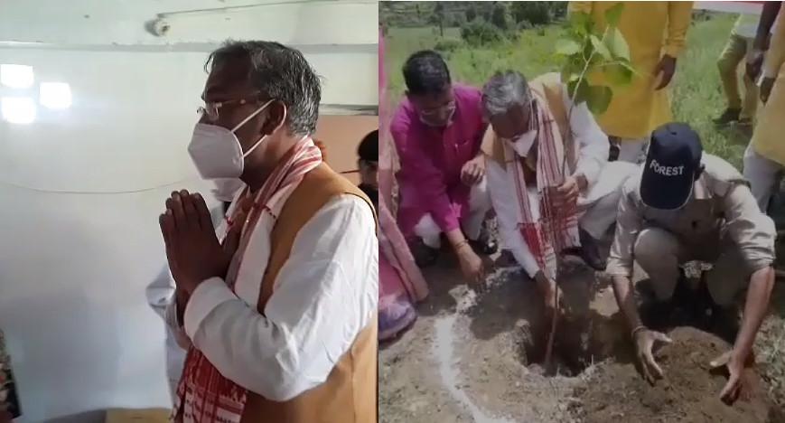 पौड़ी पहुंचे पूर्व मुख्यमंत्री त्रिवेन्द्र रावत,सीता माता मंदिर में पूजा कर मंदिर परिसर में पीपल एवं बरगद के वृक्षों का किया रोपण