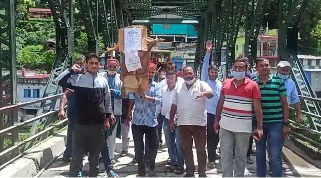 भाजपा कार्यकर्ताओं ने फूंका कांग्रेस और जीतराम का पुतला,नारी शक्ति के अपमान का लगाया आरोप