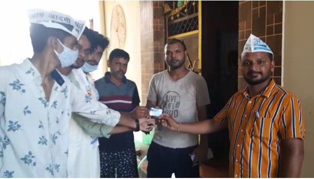 बाजपुर : आप के कार्यकर्ताओं ने घर घर जाकर लोगो को केजरीवाल के मुफ्त बिजली गारंटी कार्ड वितरित किये