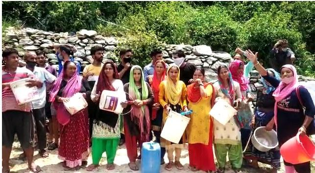 घनसाली : पानी के लिए तरसते ग्रामीणों का टूटा सब्र का बाँध, सड़क पर खड़े होकर जताया विरोध,सभी पेयजल योजनाओं की हो जांच