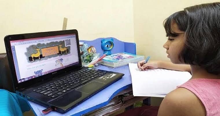 ग्रीष्मकालीन अवकाश खत्म होने के बाद स्कूलों में शुरु हुई ऑनलाइन पढ़ाई, अभिभावकों का कहना ऑनलाइन शिक्षा व्यवस्था है कमजोर