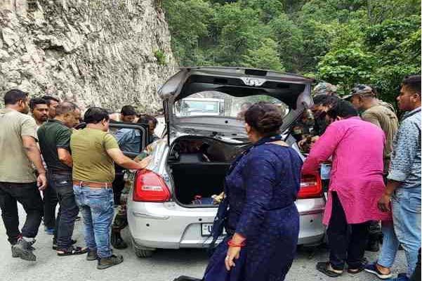 बारिश का कहर : तोताघाटी में एक स्विफ्ट कार के ऊपर गिरे पत्थर,एक व्यक्ति गंभीर रूप से घायल
