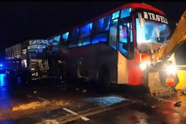 बाराबंकी : एनएच – 28 पर देर रात हुआ भीषण सड़क हादसा, ट्रक की टक्कर से 18 की मौत, 2 दर्जन से ज्यादा घायल