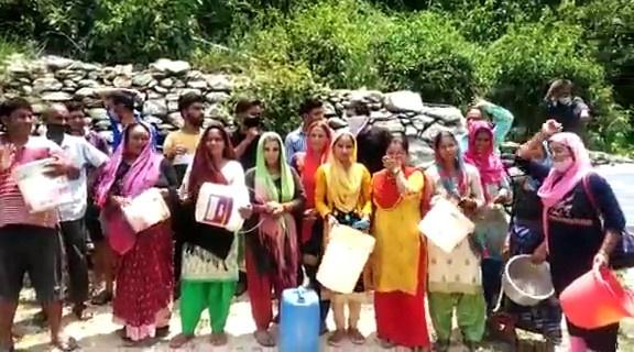 घनसाली : पानी के लिए तरसते ग्रामीणों का टूटा सब्र का बाँध, सड़क पर खड़े होकर जताया विरोध