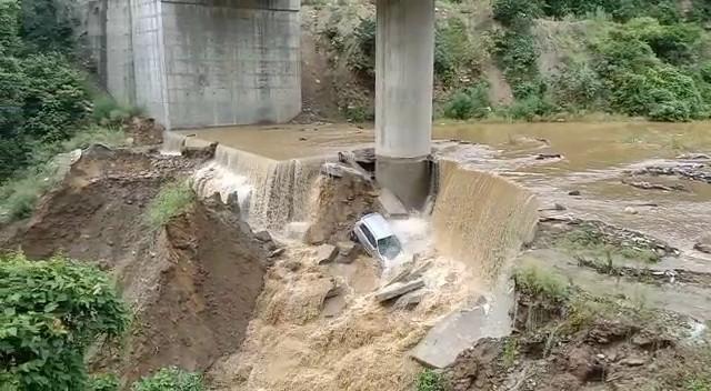 कीर्तिनगर में भारी बारिश से ज़ियालगढ पुल को खतरा, गदेरे में बही खड़ी कार