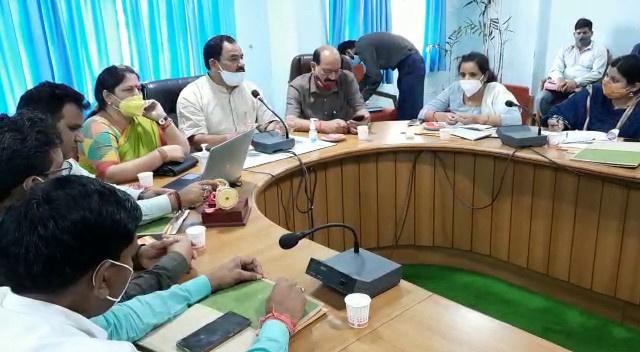 टिहरी- कैबिनेट मंत्री हरक सिंह रावत ने जिला योजनाओं को लेकर अधिकारियों के साथ की बैठक