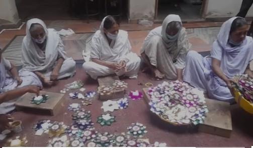 सुलभ इंटरनेशनल संस्था से जुड़ी विध्वा महिलाएं बना रहीं पीएम मोदी की फोटो वाली राखी
