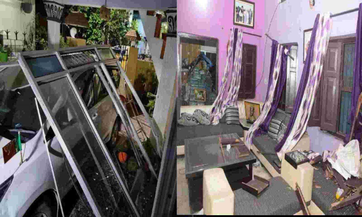 नैनीताल भाजपा जिलाध्यक्ष के घर पर देर रात धमाका , धमाके से दरवाजे ,खिड़कियां ध्वस्त, सीएम ने दिए जांच के आदेश