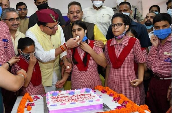 देहरादून: मुख्यमंत्री पुष्कर सिंह धामी ने दृष्टिबाधित बच्चों के साथ मनाया जन्मदिन