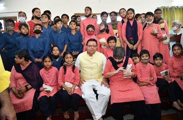 मुख्यमंत्री पुष्कर सिंह धामी ने बाल वनिता आश्रम में जाकर बच्चों के साथ मनाया अपना जन्म दिवस