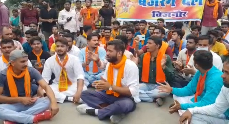 बिजनौर : बजरंग दल के कार्यकर्ताओं ने नगर पालिका ईओ पर लगाए गंभीर आरोप, किया धरना प्रदर्शन