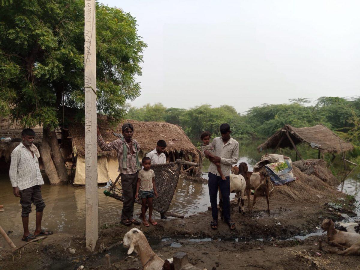 मथुरा : लाचार परिवार 3 दिन से भूखा, पानी में बहा राशन पानी चूल्हा , कोई सुध लेने वाला नहीं