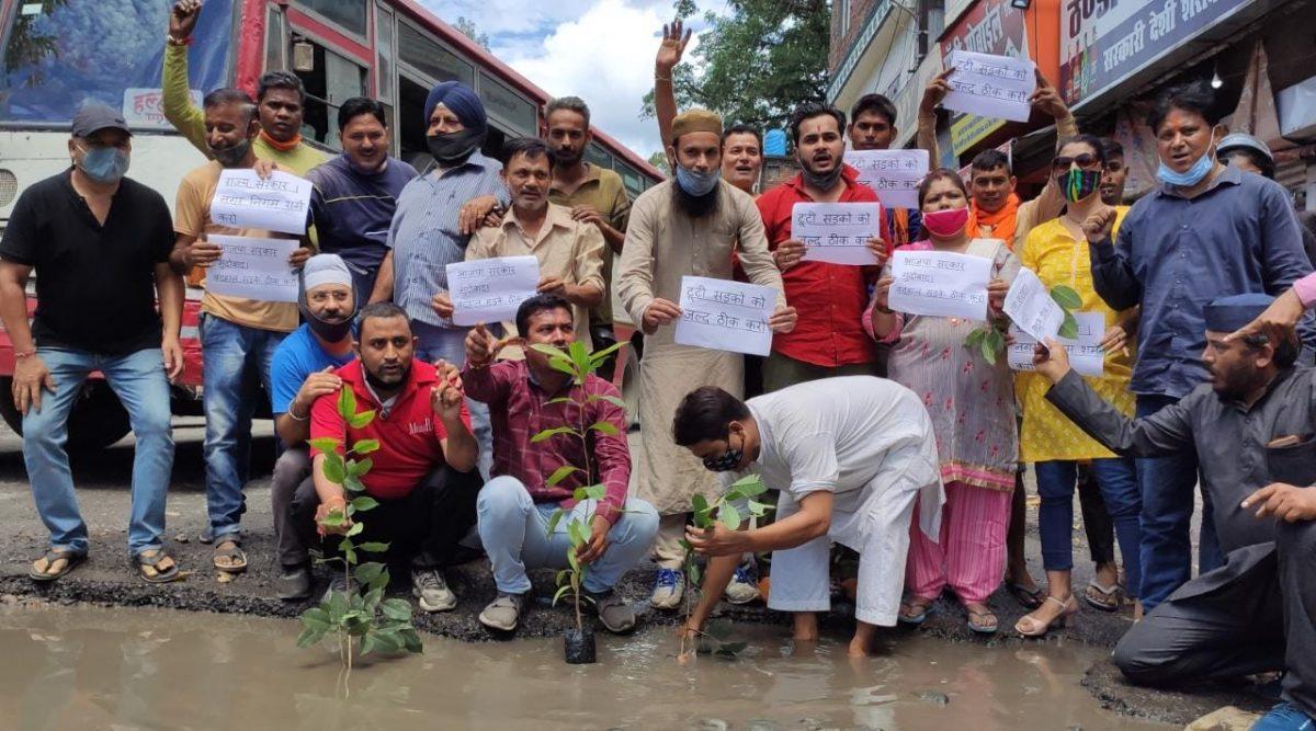 हल्द्वानी : खस्ताहाल सड़कों को लेकर कांग्रेस कार्यकर्ताओं ने किया अनोखा प्रदर्शन