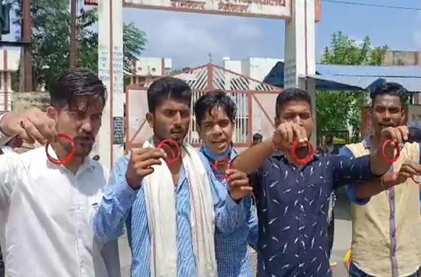 रामनगर- कुमाऊं विश्वविद्यालय के कुलपति को एनएसयूआई ने भेजी चूड़ियां
