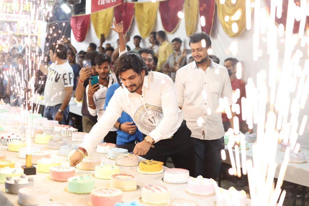 वायरल वीडियो  : मुंबई में अपने जन्मदिन पर सूर्या रतूड़ी ने काटे 550 केक, दिव्यांगजनों को बांटा राशन ,संस्थाओं का किया धन्यवाद