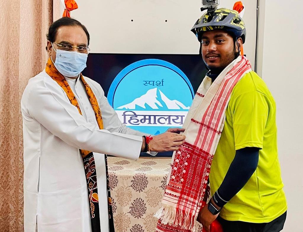 स्पर्श हिमालय अभियान के ब्रांड एंबेसडर ने की पूर्व शिक्षा मंत्री निशंक से भेंट, हिमालय को बताया यात्रा का मूल आधार