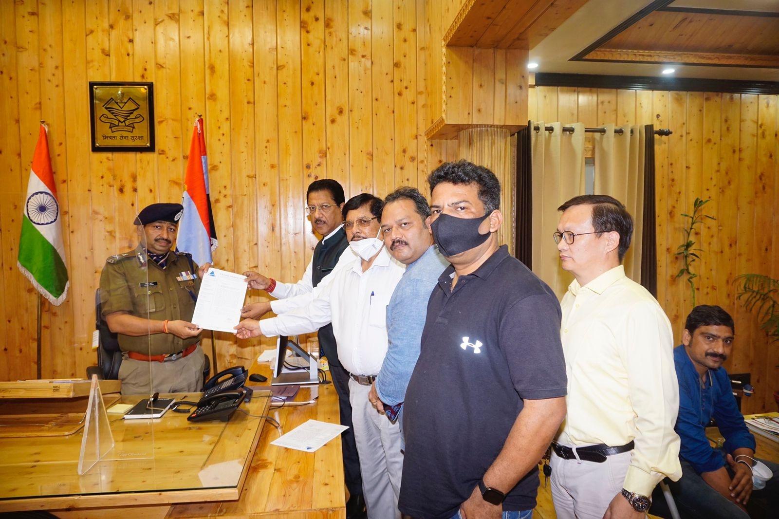डीजीपी अशोक कुमार को से मिले प्रदेश कांग्रेस उपाध्यक्ष सूर्यकांत धस्माना और ईसाई समुदाय के धार्मिक नेता